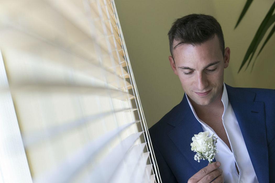 Sposo con rosa fotografo Lecco