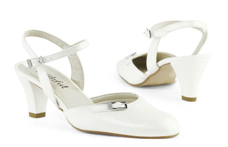 Beispiel: Schuhe für die Braut mit Stil, Foto: faithful by Karin Wilfling.