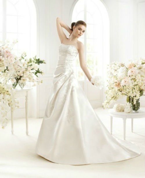 Beispiel: Brautkleid von Avenue Diagonal, Foto: PETRA PABST Braut- und Abendmode.