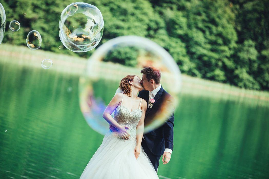 Brautpaarbilder Seifenblase, Hochzeitsfotograf Jagdschloss Feldberg, emotionale Hochzeitsfotos,