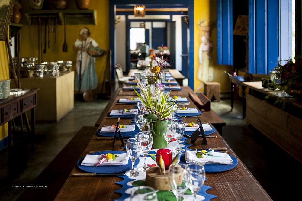 Mesa comunitária com um caminho de mesa que fizemos à mão. Muitas peças coloridas e de diferentes texturas. Muita cor e alegria