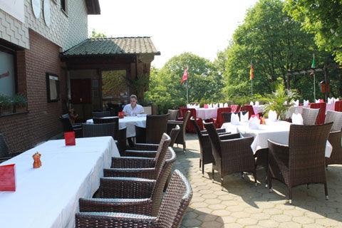Beispiel: Gemütliche Tische auf der Terrasse, Foto: La Villa Henkenberg.