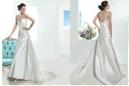 Beispiel: Trägerloses, glänzendes Brautkleid, Foto: Brautmode Milojka.
