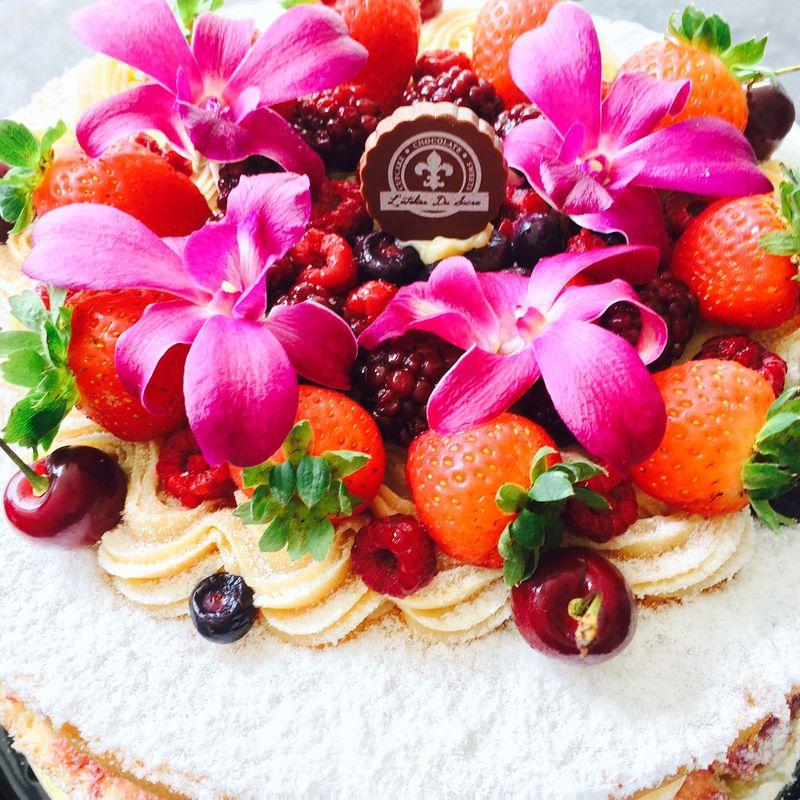 Naked cake de frutas vermelhas e orquídeas