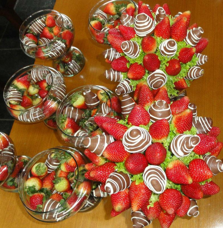 Preparando centros de mesa para original boda, llenan el salón de exquisito olor a fresas con chocolate.