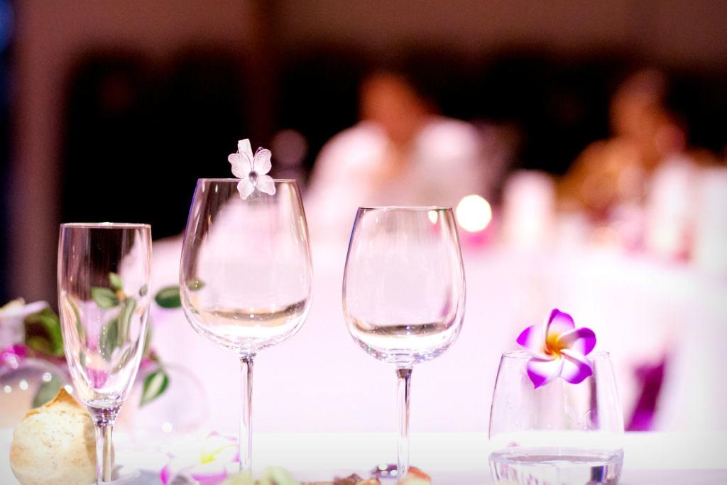Idée de décoration marque verre avec nos fleurs fleurs de frangipanier de 4 cm