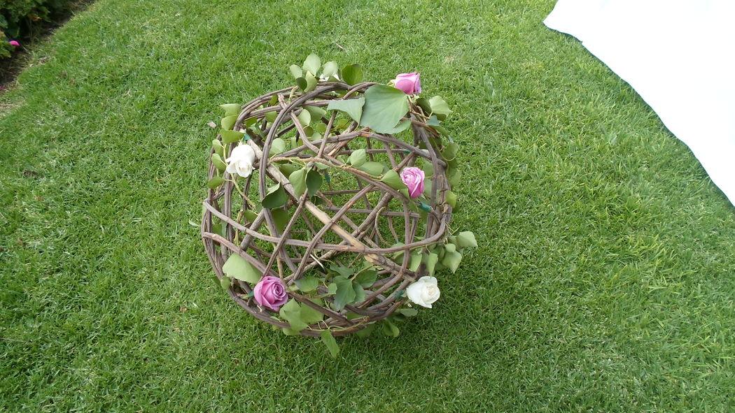 esfera de ramas , con adornos de flores ideal para decorar un jardin