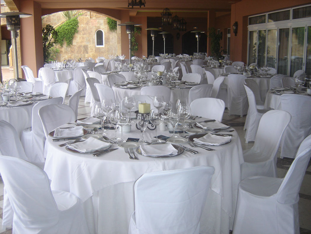 Montaje mesas banquete terraza restaurante