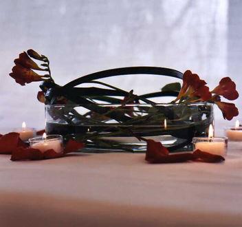 Bol de Cristal con fresias y verdes entrelazados, formando la composición.  http://lafloreria.net