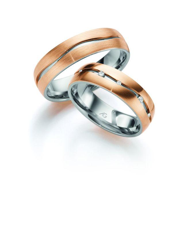 Moderne wit met rosegouden trouwringen, de witgouden binnenring ziet u van boven in de golvende lijn weer oplichten. In de damesring nog geaccentueerd door de diamanten die daar tussen lijken te zweven.