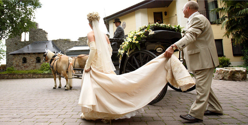 Beispiel: Braut und Kutsche, Foto: Burg Schwarzenstein.