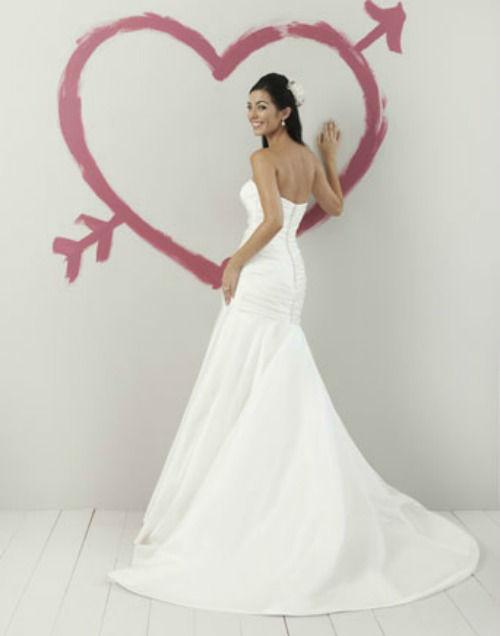 Beispiel: Brautkleid: Sweetheart, Foto: Daniela´s Weddingfashion.