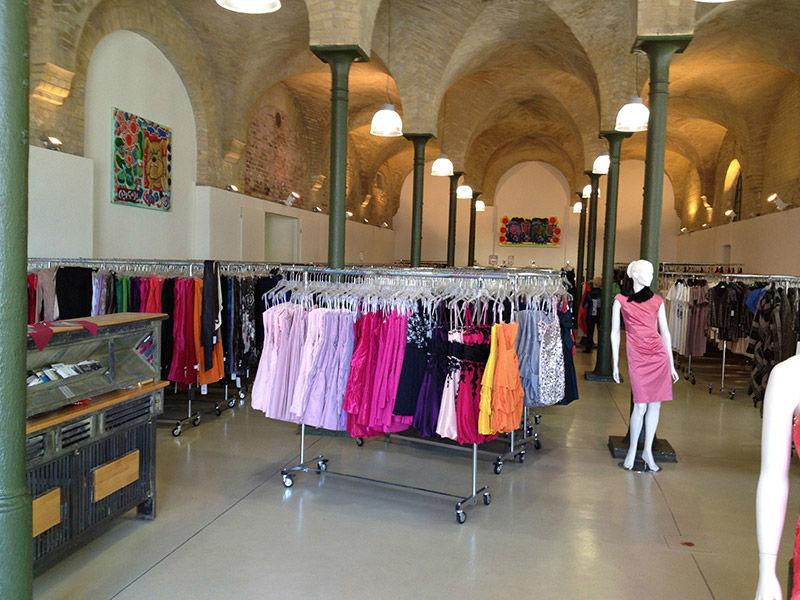 Beispiel: Große Auswahl - niedrige Preise, Foto: Fashionart Berlin.