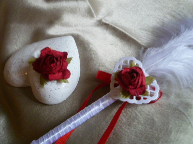 Stylo rouge et blanc sur socle coeur thème de la ROSE ROUGE