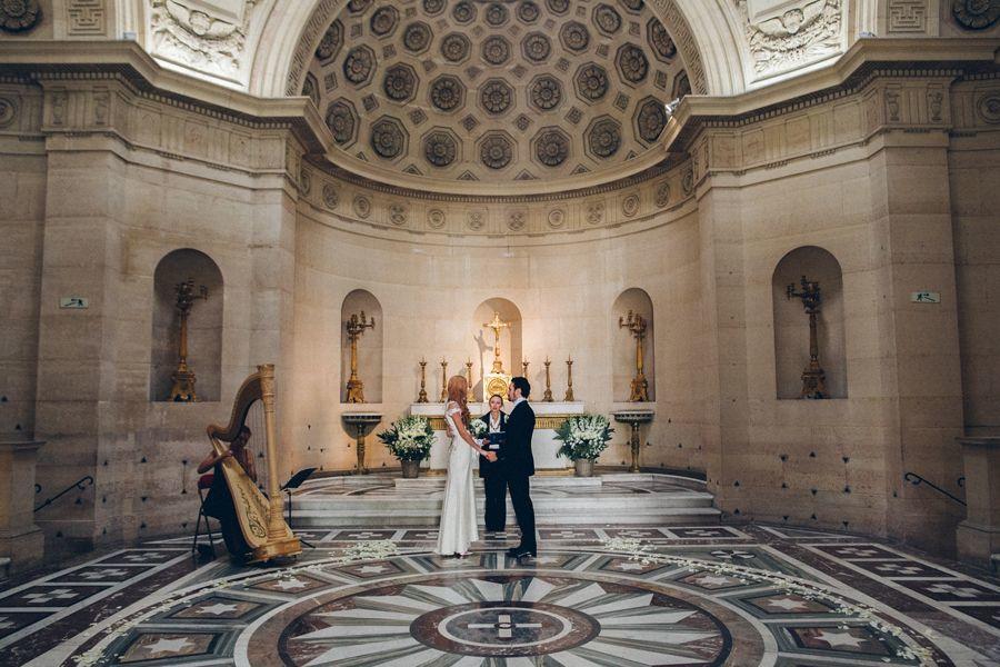 Символическая свадебная церемония в Париже