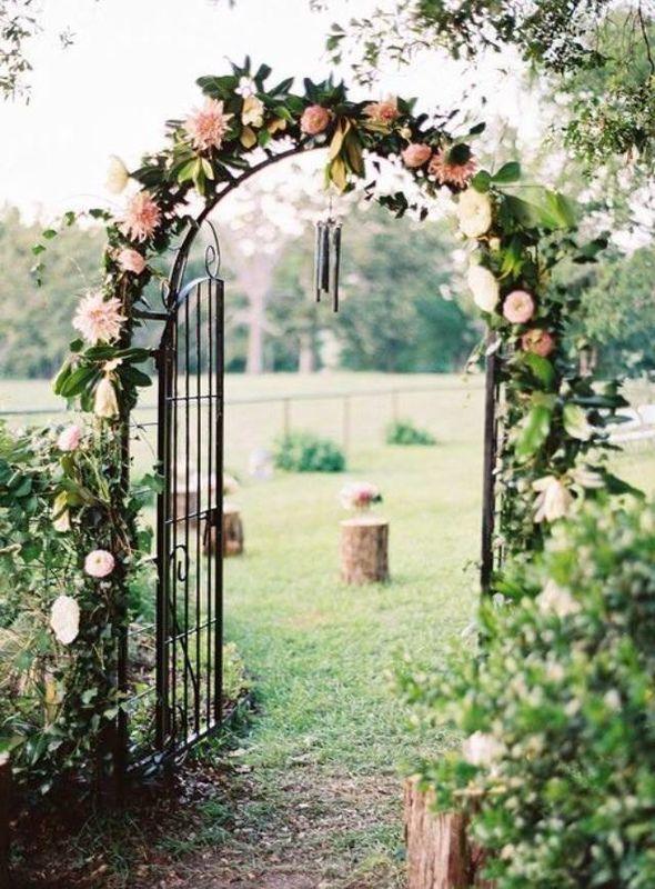 Arcos de flores  y decoración de la capilla para la ceremonia.