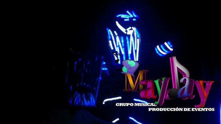 Máxima animación con robot iluminado, zanqueros y personajes