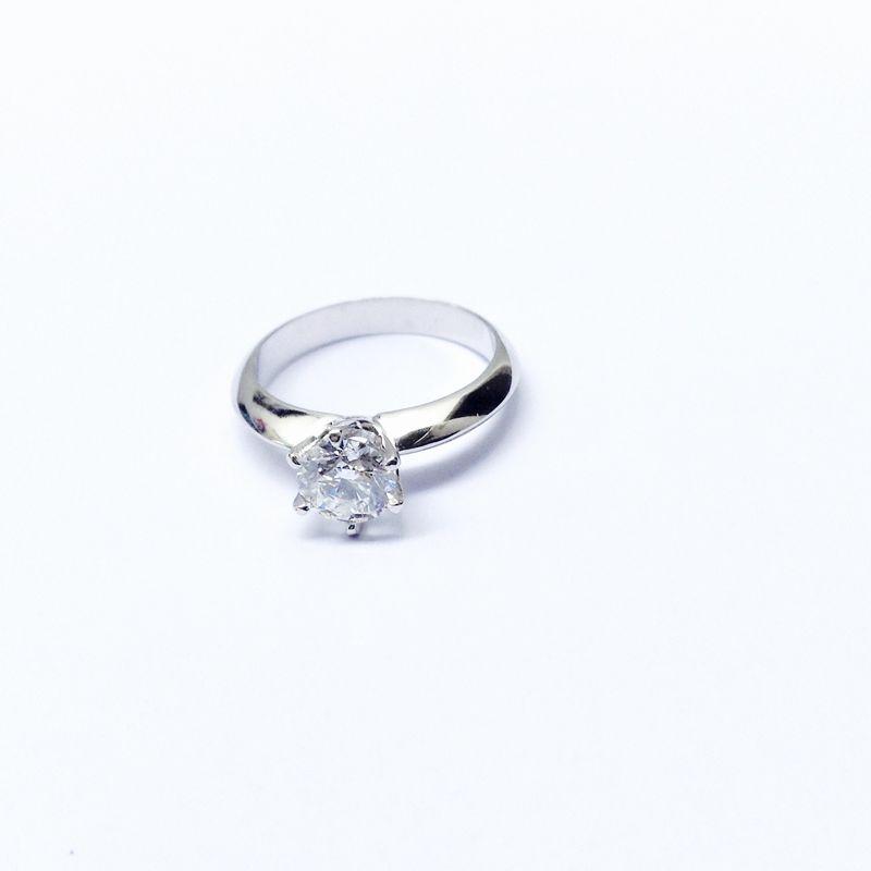 Anillo de compromiso Diamante en corte brillante de 54pts con engaste corona de 6 uñas en oro blanco con rodio.