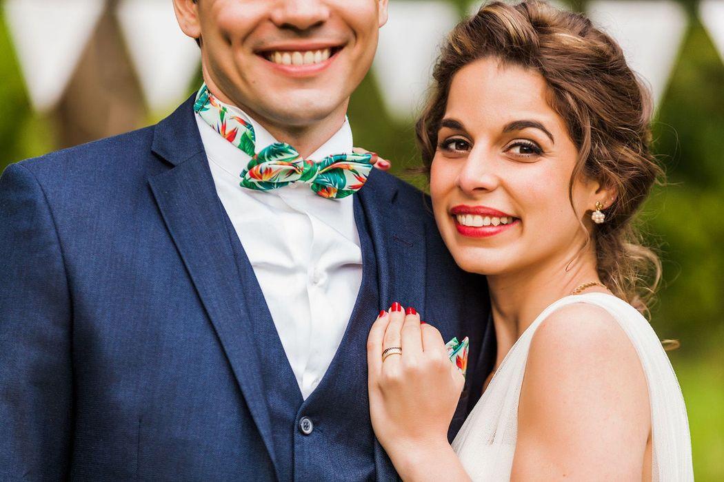 Ana e François celebrando o casamento em Normandia/França com as gravatas Dois Maridos.