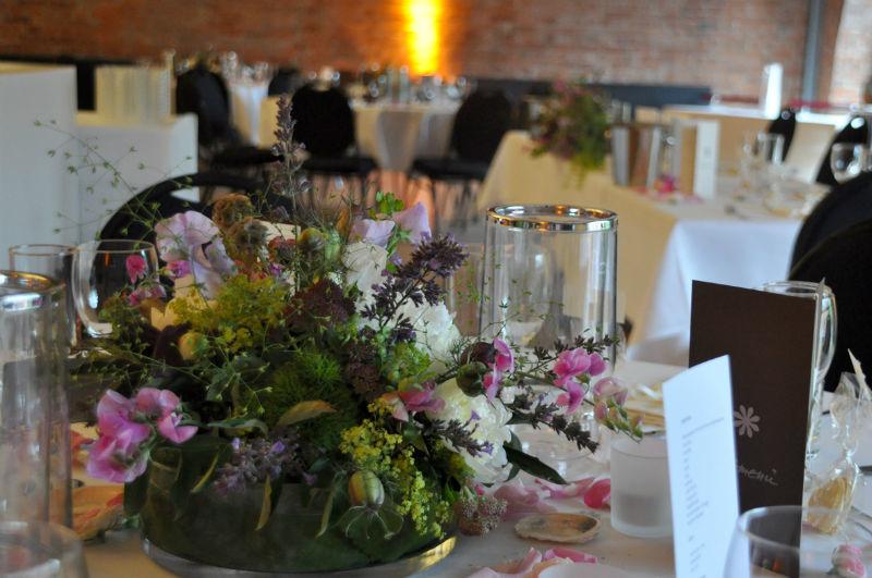 Beispiel: Ihre Hochzeitslocation mit Blumenschmuck, Foto: Puls Floristik.