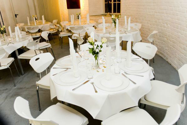 Beispiel: Bankett - runde Tische, Foto: KunstTurm Weimar.