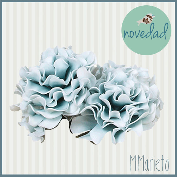 Preciosa Rosa artificial decorativa en color azul que dará elegancia y romanticismo a cualquier estancia. Medidas: 70cm.