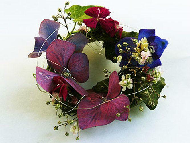 Beispiel: Ringförmiger Anstecker für den Bräutigam, Foto: Blütenraum.