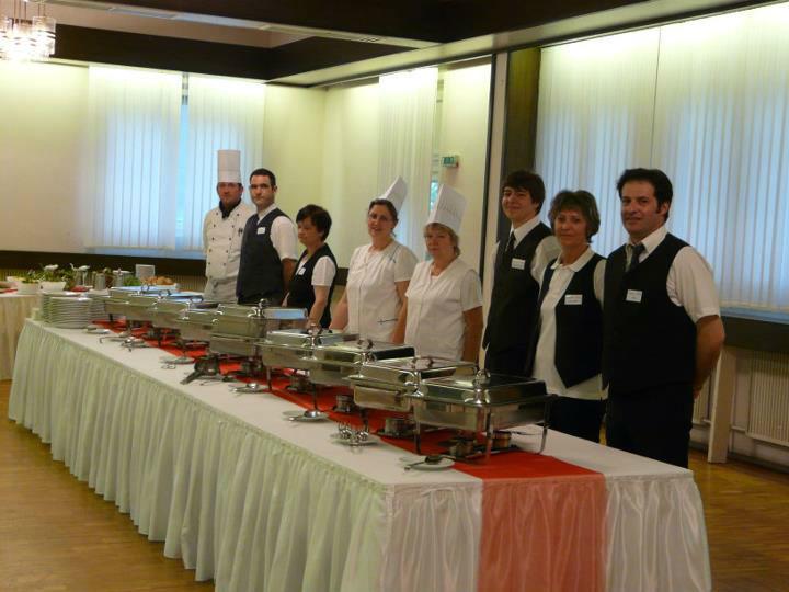 Beispiel: Service- und Kochteam, Foto: Sängerhalle Untertürkheim.