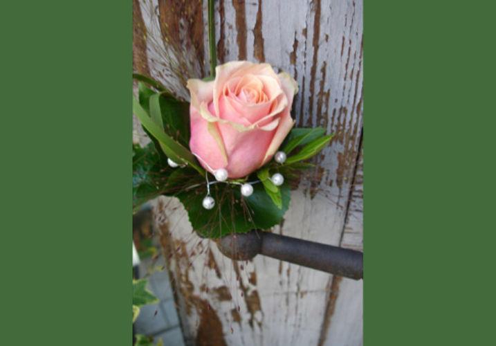Beispiel: Anstecker für den Herren, Foto: Haus Blumengeschäft und Gärtnerei.