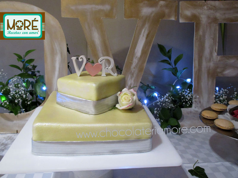 torta con toppers en madera