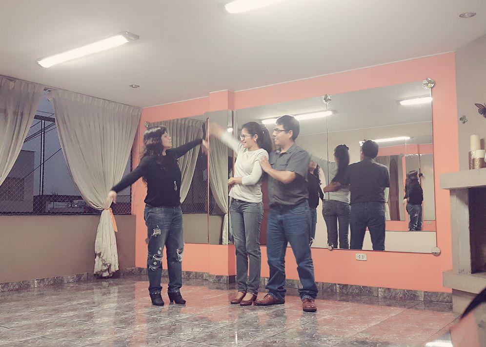 Es muy importante transmitir una buena técnica de enseñanza con cada pareja ya que todos no aprendemos de la misma manera. Aquí la coreógrafa Jany en una sesión de ensayos.