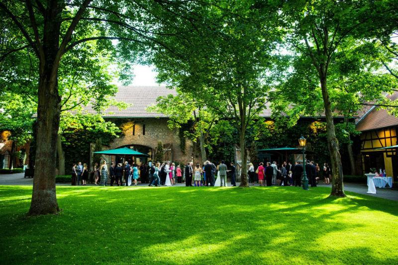 Beispiel: Hochzeitsgesellschaft im Innenhof, Foto: Hofgut von Hünersdorff.