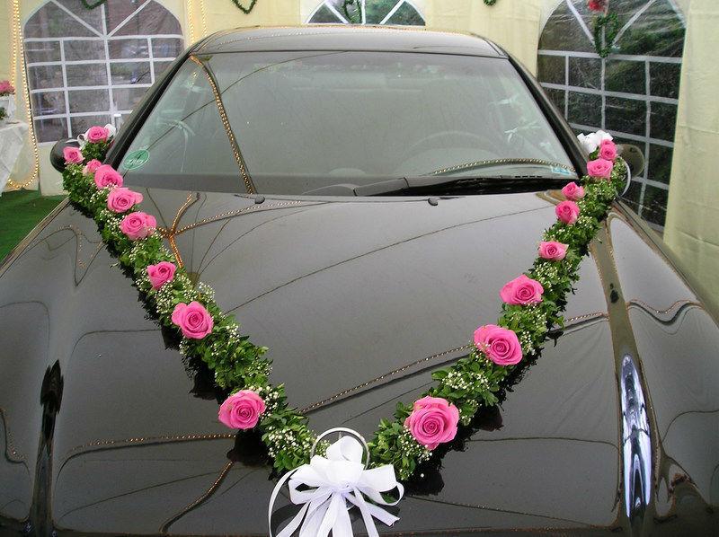 Beispiel: Autogesteck aus pinken Blumen, Foto: Florist Atelier Klotz.