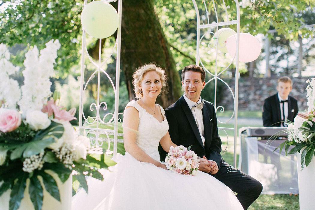 Ein beglücktes und glückliches Traumich-Paar während der freien Trauung (Bild: OcaviaPlusKlaus)