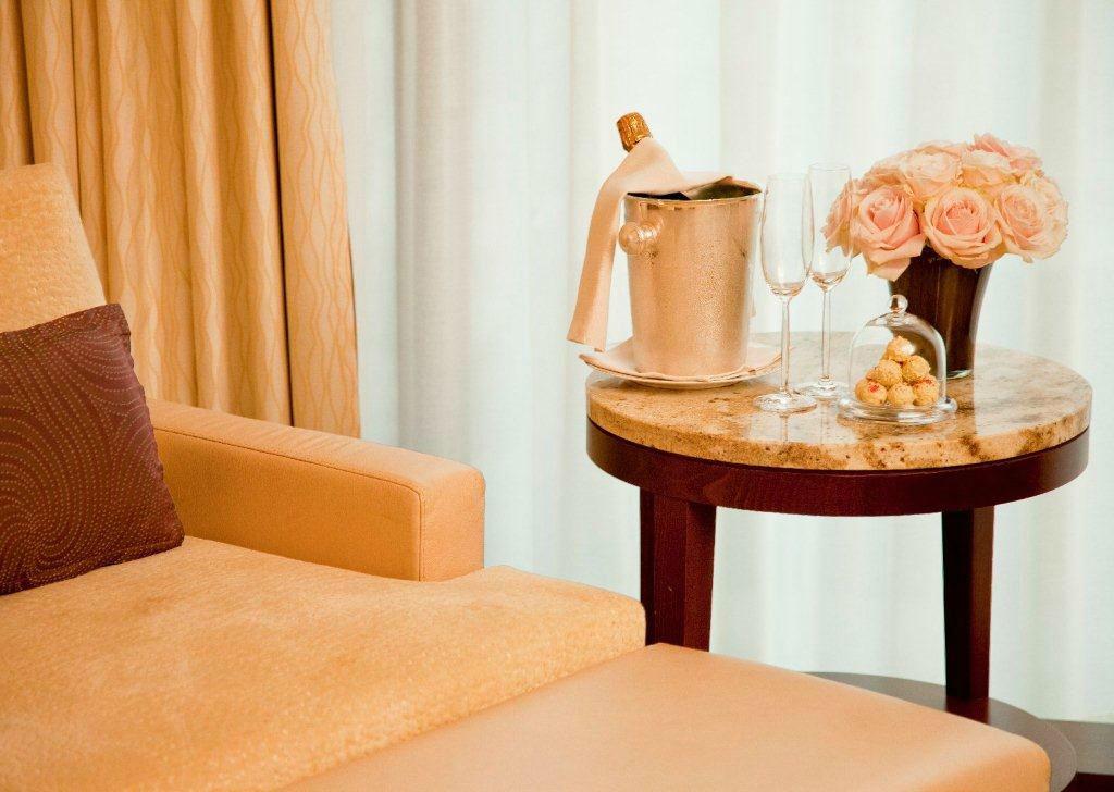 Beispiel: Eine Kleinigkeit auf dem Zimmer - Hauseigene Pralinen & Champagner, Foto: Park Hyatt Zürich Hotel.