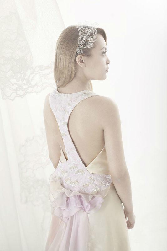 Beaumenay Joannet Paris - robe de mariée dos nu, bretelle brodée, délicatement rosée