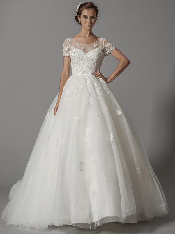 Robe de mariée princesse avec petites manches; modèle unique en Europe, en exclusivité sur www.mariageenrose.fr.