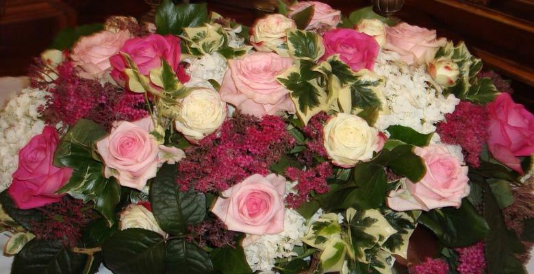 Beispiel: Altargesteck, Foto: Blumen Gran.