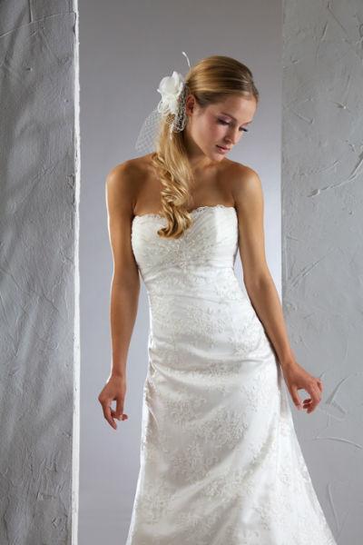 Beispiel: Eng geschnittenes Brautkleid mit passendem Haarschmuck, Foto: Steinecker.
