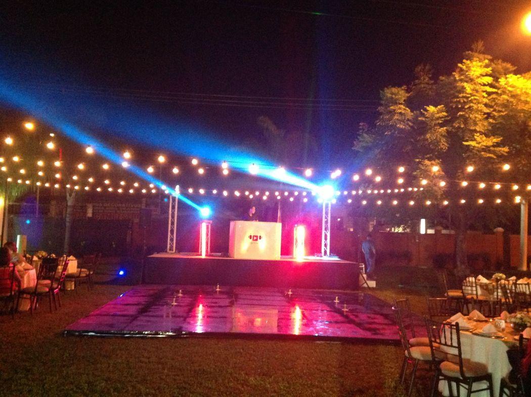 escenario DJ y pista