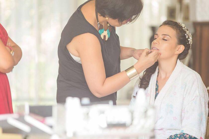 HERMOSA NOVIA  Fer Maquillaje Profesional  A veces las novias se olvidan hasta de relajarse, un poco de música, y un masaje mientras se la maquilla, vienen genial.  FER  Fotografía : Marcos Herrera.