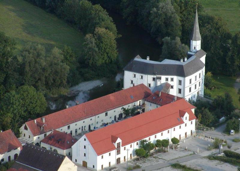 Beispiel: Schloss aus der Luft, Foto: Schloss Pertenstein.