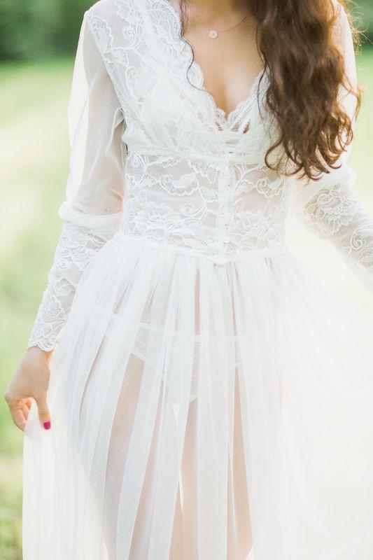 Роскошное полупрозрачное будуарное платье Шанель - это одна из самых изящных моделей коллекции. Длина в пол идеально сочетается с длинными рукавами, а благодаря тому, что модель выполнена из тонкой воздушной ткани, платье позволяет коже дышать, и лишь слегка приоткрывает очертания тела.   Для того, чтобы придать модели еще больше соблазнительности, в ней предусмотрен и глубокий треугольный вырез. Он отлично подчеркнет форму даже небольшой груди, оставив место для воображения. Цвет, в котором выполнена это будуарное платье, придает ему ощущение чистоты и невинности.