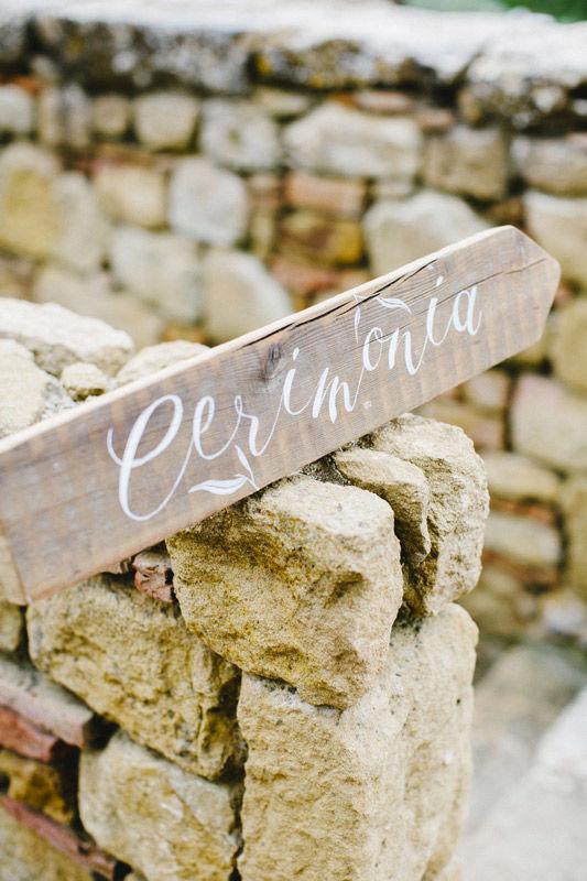 Wedding-sign: insegna di legno dipinta a mano - foto di Les Amis Photo