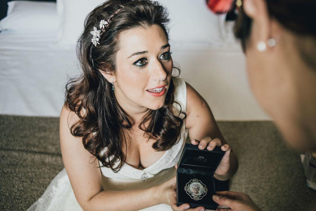 Una de las novias, Silvia, feliz con el retrato en miniatura de su abuela.