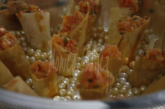 Cone phylo com tartar de salmão nas pérolas.