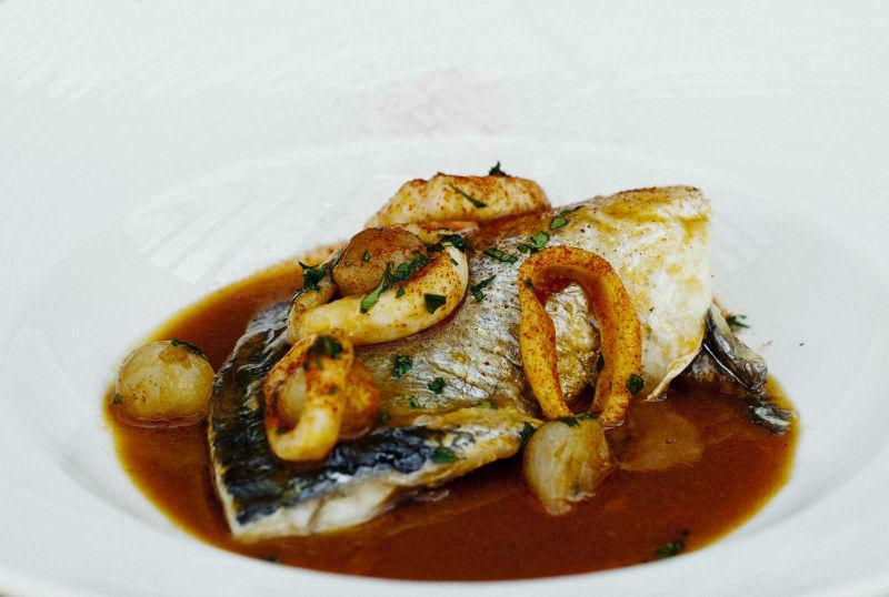 Dorada en salsa marinera con cebollitas y calamares