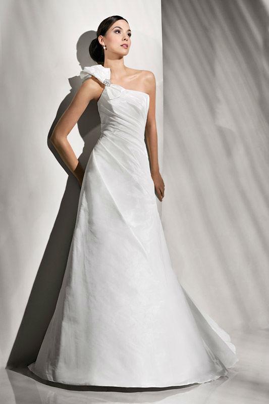 Beispiel: Stilvolles Brautkleid, Foto: Brautstudio Schak.