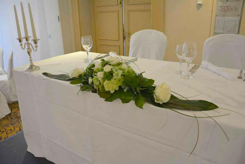 Beispiel: Blumenschmuck für den Brauttisch, Foto: Le langage des fleurs.