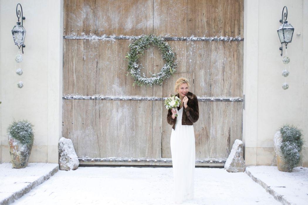 Mariée devant le porche